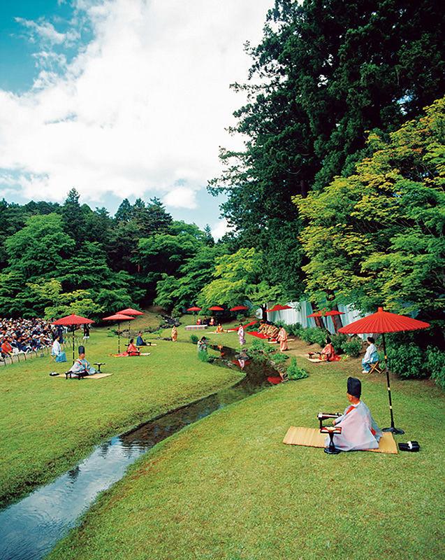 Каждый год в мае у извилистого ручья проводится традиционное поэтическое состязание Гокусуё-но эн, участники одеваются в костюмы периода Хэйан (© Моцудзи)