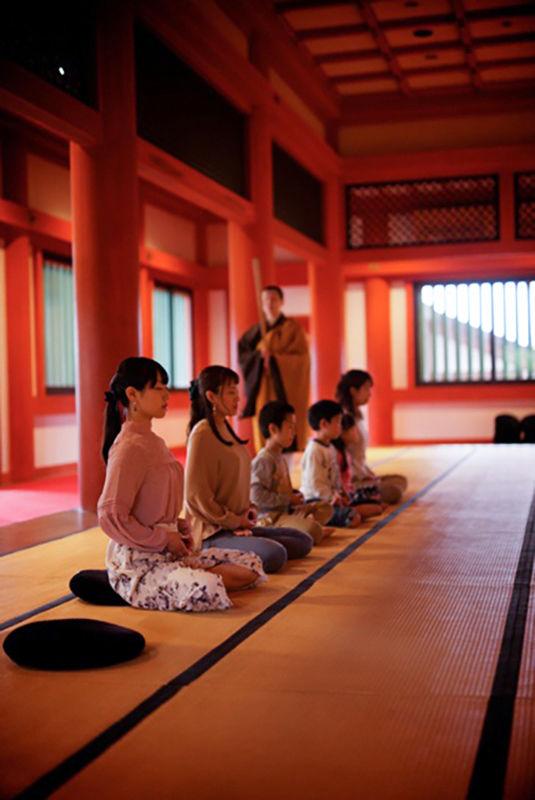 Посетители обретают гармонию тела и духа во время медитации дзадзэн (© Моцудзи)