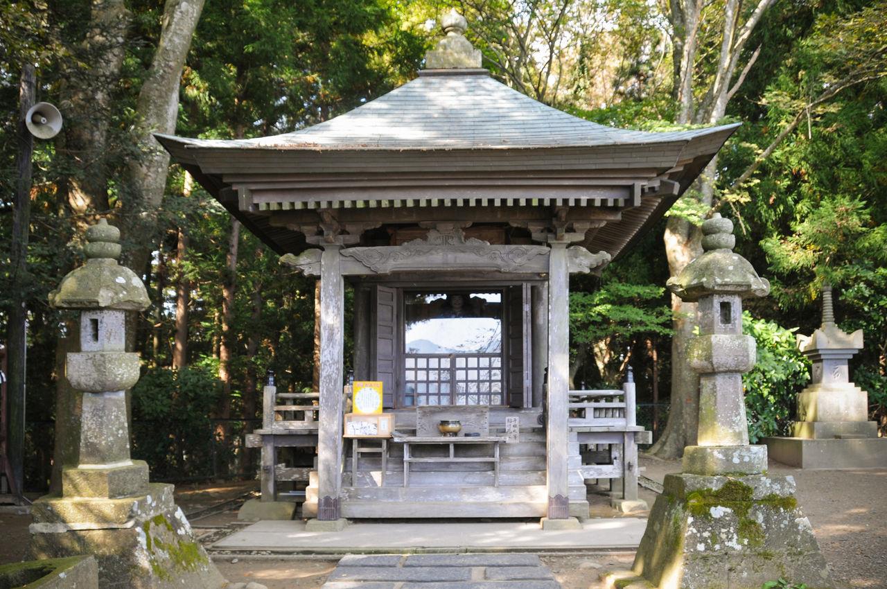 Поэт Мацуо Басё написал знаменитую хайку «Летние травы – // всё, что осталось // от воинских грёз», когда он посетил Такадати в 1689 году