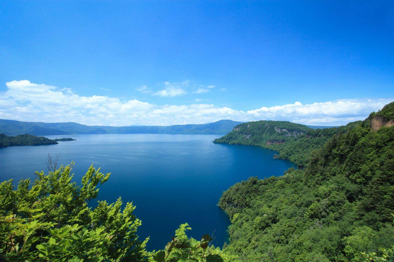 На берегу озера Товада есть набережная, откуда отправляются прогулочные катера (фотография предоставлена Федерацией туризма префектуры Аомори)