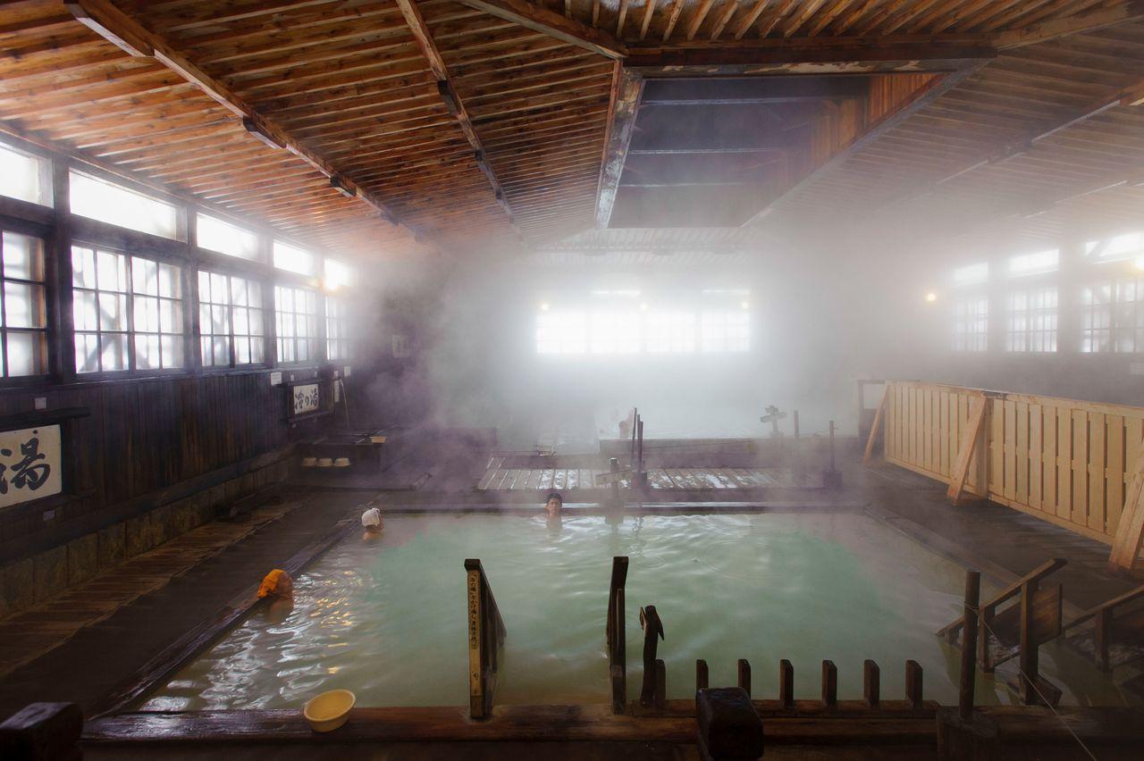 Сэннин-буро, «Купальня на 1000 человек» в онсэне Сукаю, где многие посетители останавливаются на продолжительное время (фотография предоставлена Федерацией туризма префектуры Аомори)