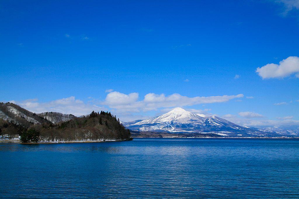 Живописное озеро Инавасиро и гора Бандай, покрытая снегом (фотография предоставлена Ассоциацией туризма и продукции префектуры Фукусима)