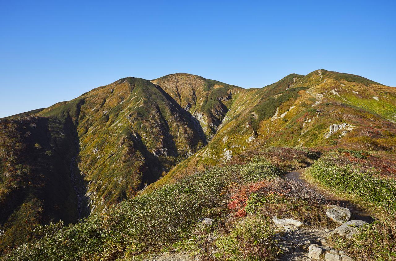 В центре – главная вершина горного хребта Асахи, гора Асахи (1871 м) (фотография предоставлена Ассоциацией туризма и продукции префектуры Ямагата)