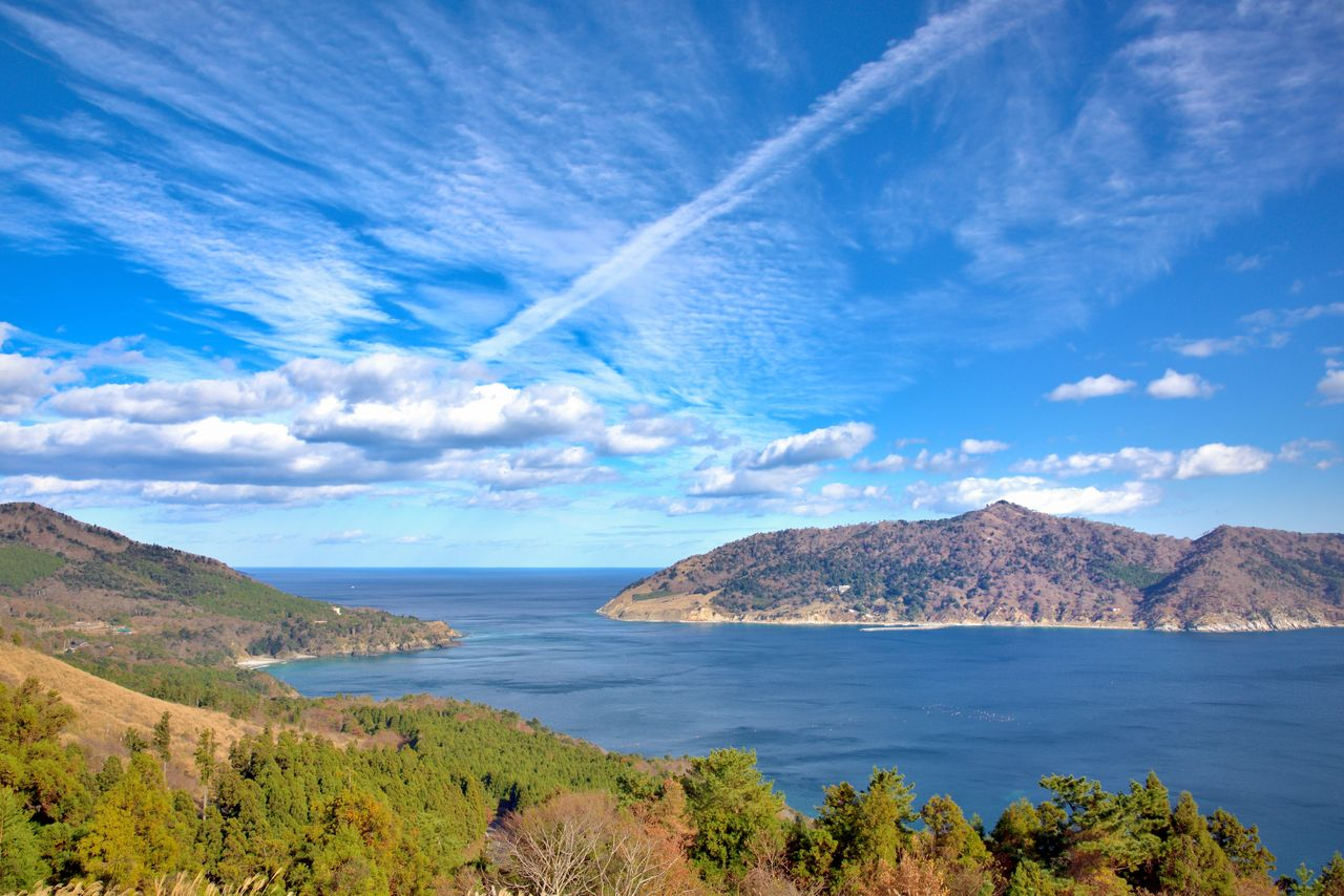 Вид из парка Гобансё с полуострова Осика. Справа – гора и остров Кинкасан  (фотография: PIXTA)