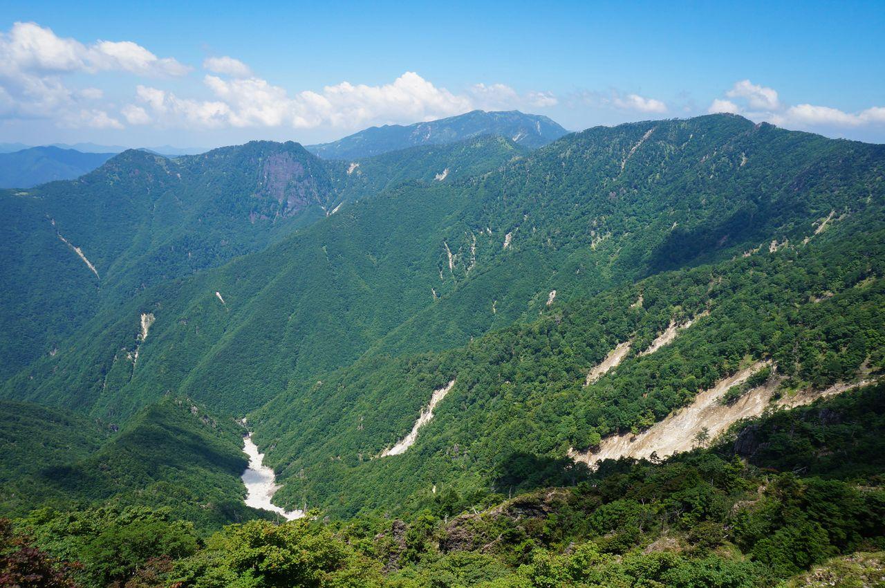 Вид на горы Буссёгатакэ, Ситимэнсан, Хаккёгатакэ и Мисэн в горах Ооминэ (фотография: PIXTA)