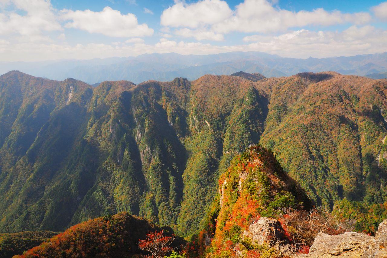Осенний вид с 800-метрового утёса Дайдзягура в Оодайгахара