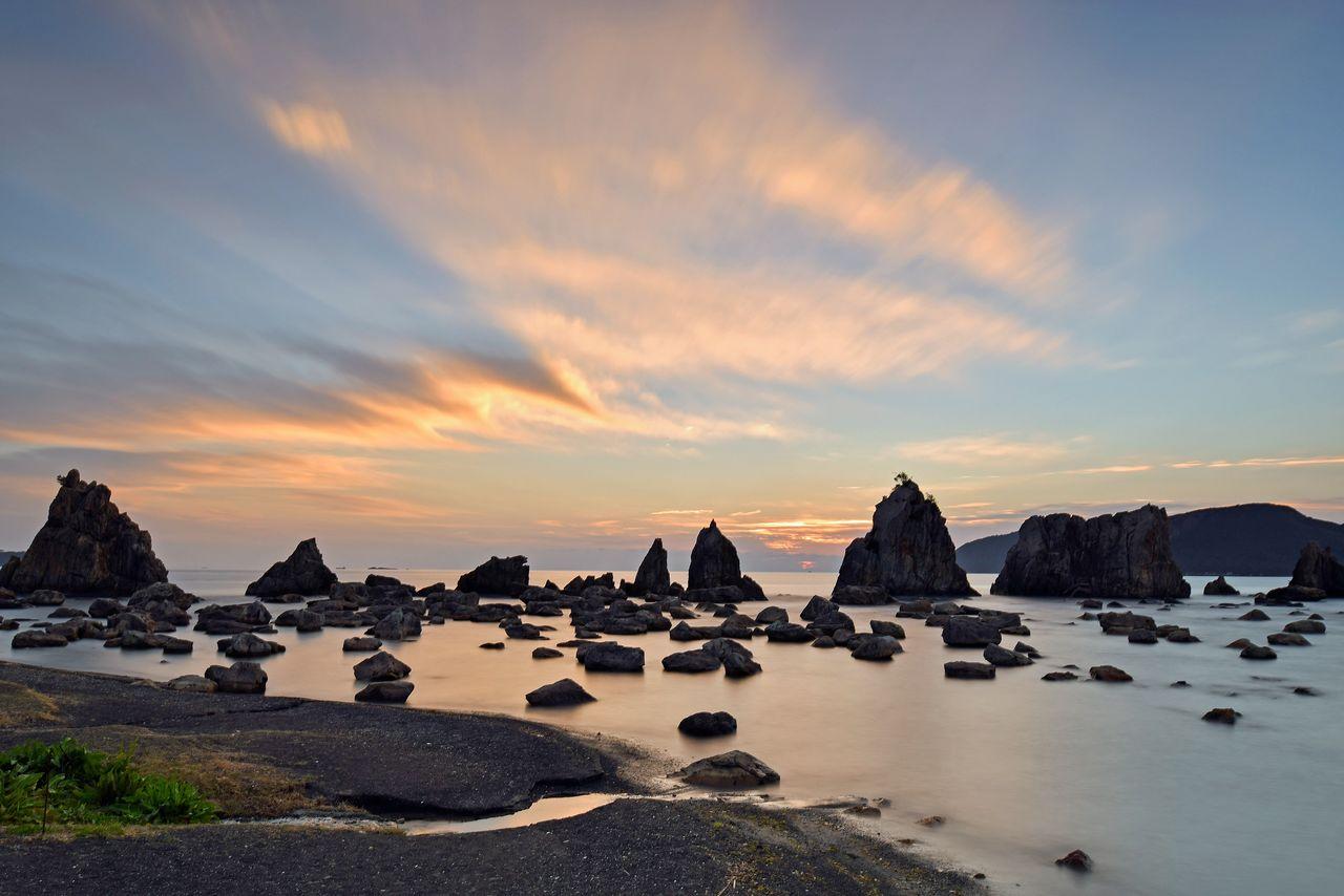 Скалы Хасигуиива в городе Кусимото, более 40 камней необычной формы и разного размера (фотография предоставлена Федерацией туризма префектуры Вакаяма)