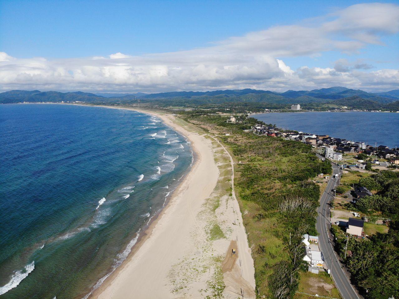 Песчаная коса Сётэнкё, расположенная между Японским морем (слева) и заливом Кумихама (справа), получила своё название «Малая небесная лестница» благодаря сходству с другой песчаной косой, Аманохасидатэ, «Небесной лестницей» (фотография: PIXTA)