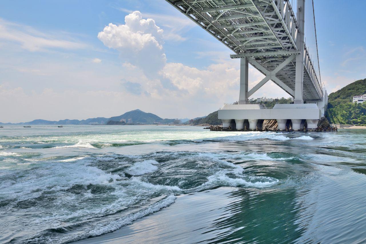 Водовороты Наруто, которые появляются между островом Авадзи и городом Наруто в префектуре Токусима, достигают размера в 30 метров (фотография предоставлена штаб-квартирой по туризму Хёго)