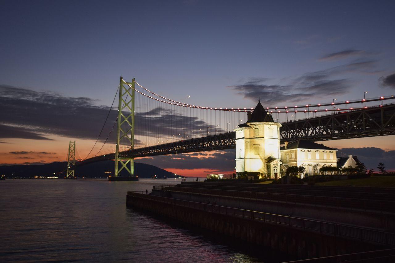 Мост Акаси-кайкё в сумерках (фотография предоставлена штаб-квартирой по туризму Хёго)