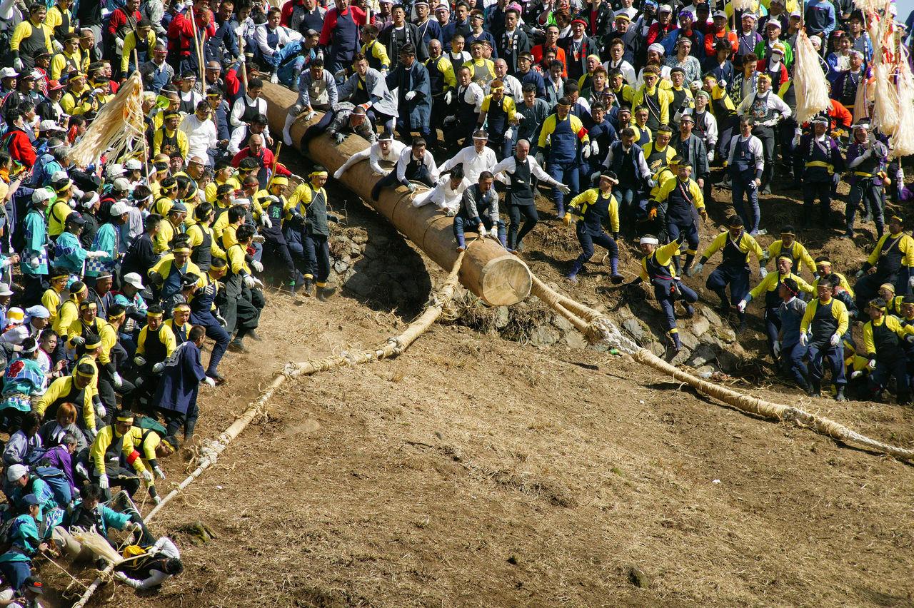 Киотоси, «сбрасывание дерева» – часть праздника, в ходе которой отважные мужчины едут верхом на массивных брёвнах вниз по горным склонам