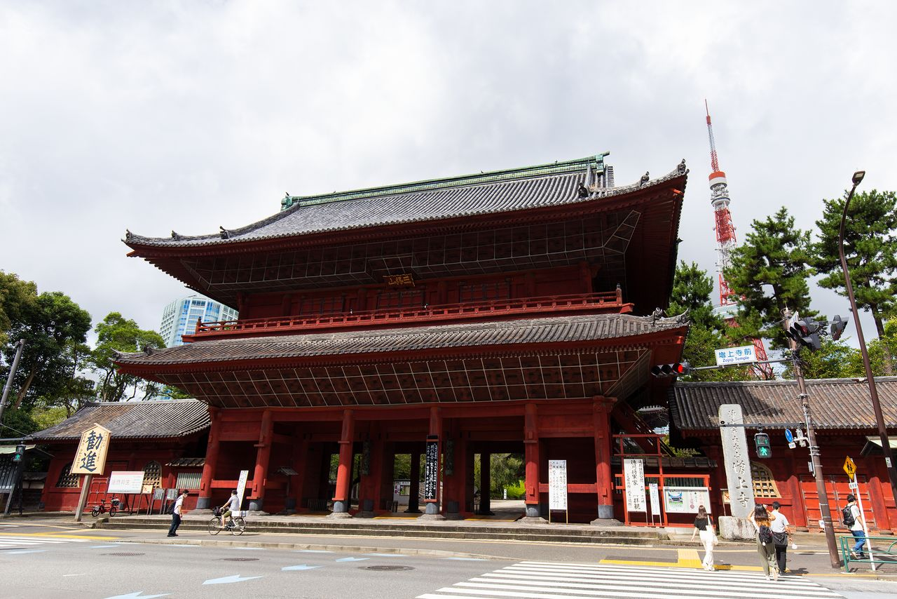 Ворота Сангэдацумон на фоне Токийской башни