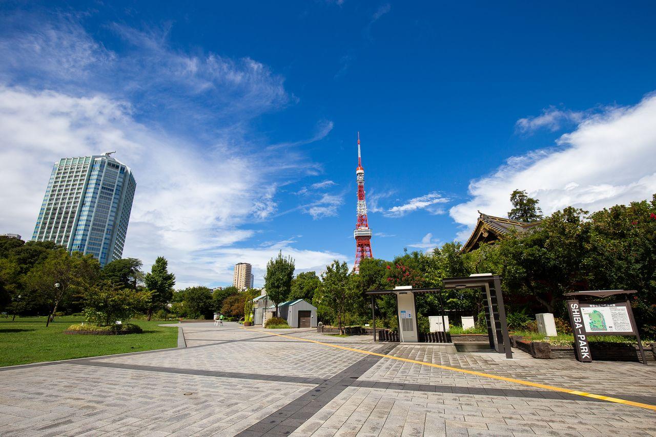 Парк Сиба, один из первых общественных парков Японии, был создан на земле, которая ранее была частью огромной территории Дзодзёдзи