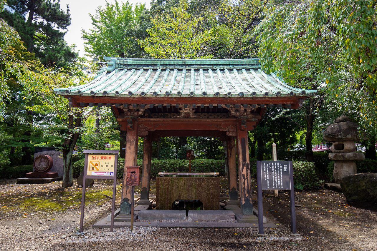 Резервуар из мавзолея Токугавы Цунасигэ всё ещё используется