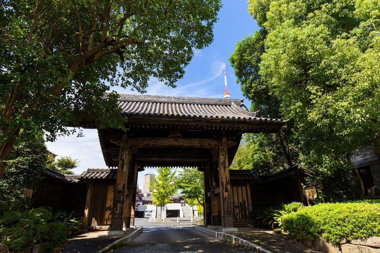 Ворота Куромон к югу от Сангэдацумон построены при третьем сёгуне, Иэмицу