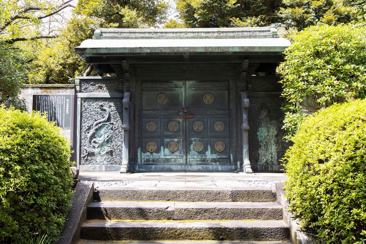 Инукимон, бронзовые ворота мавзолея сёгунов Токугава, изначально были частью гробницы шестого сёгуна, Иэнобу