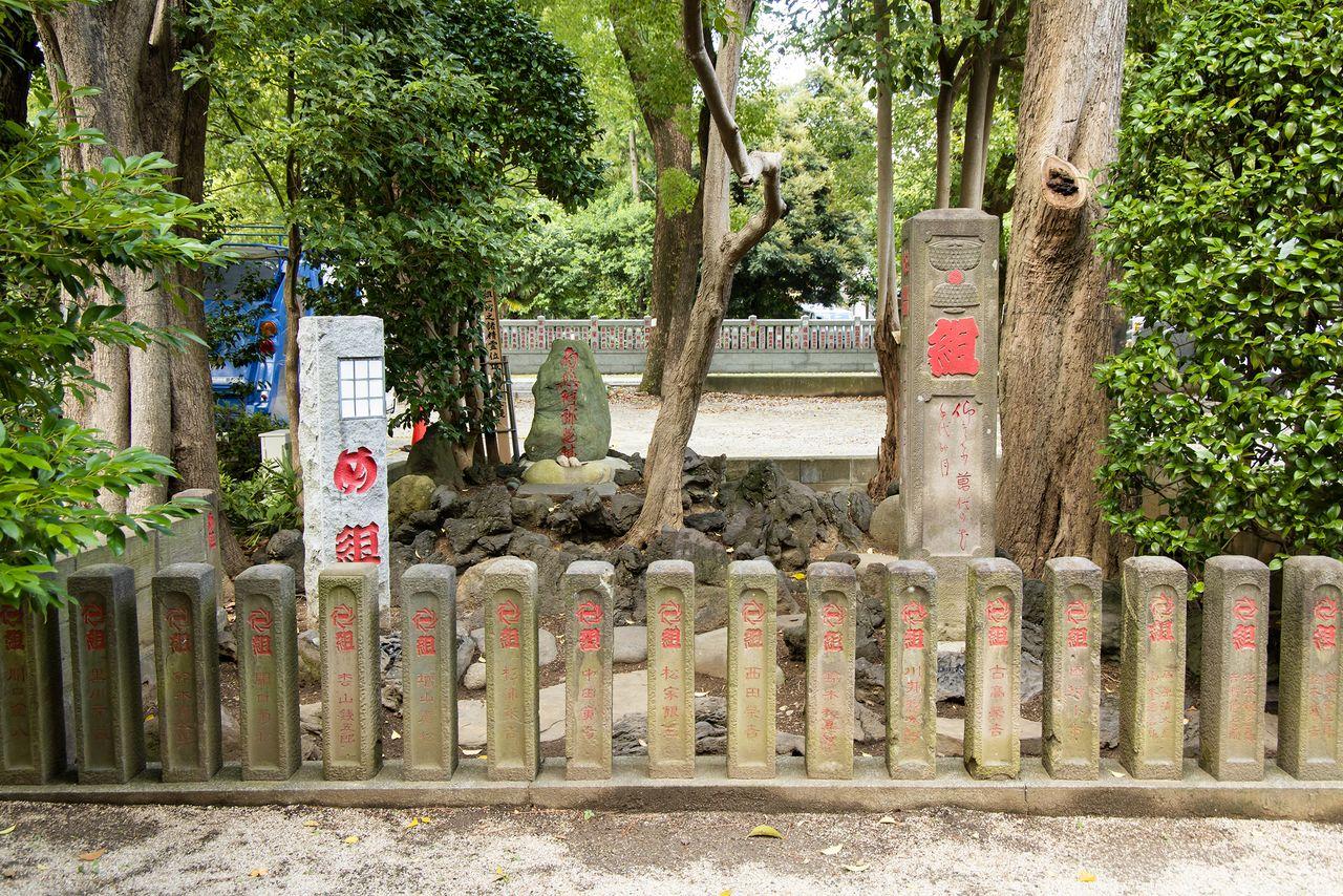 Каменный памятник пожарной команде мэгуми Эдо был открыт в 1716 году