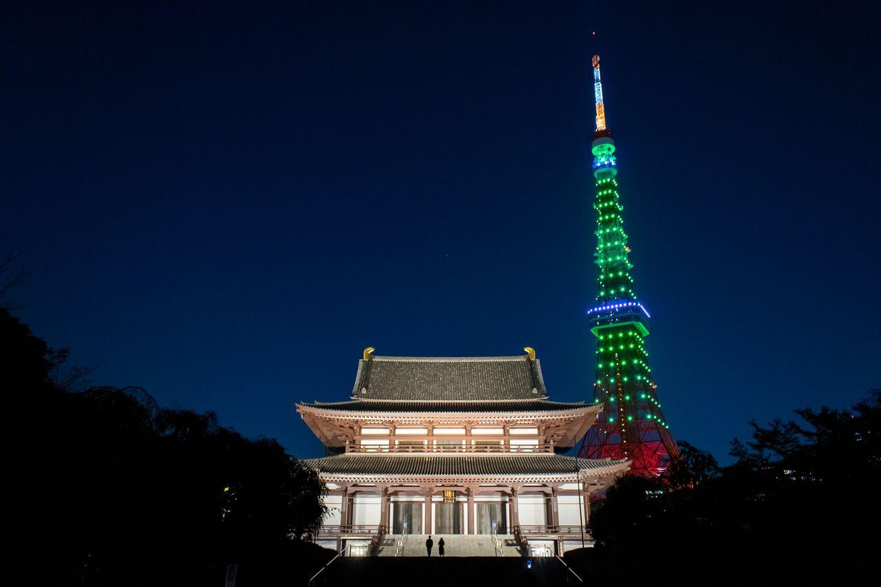 Главный павильон Дайдэн храма Дзодзёдзи и Токийская башня с ночной подсветкой