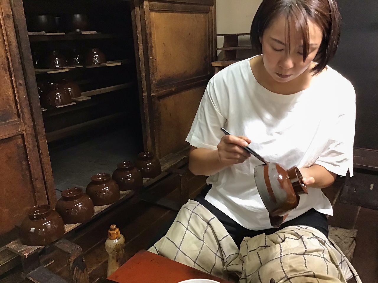 Фудзимура владеет традиционными технологиями изготовления лаковых изделий. Процесс нанесения лака состоит более чем из 40 этапов – создание базового слоя, многократное нанесение лака и полировка (@ «Уруми когэй»)