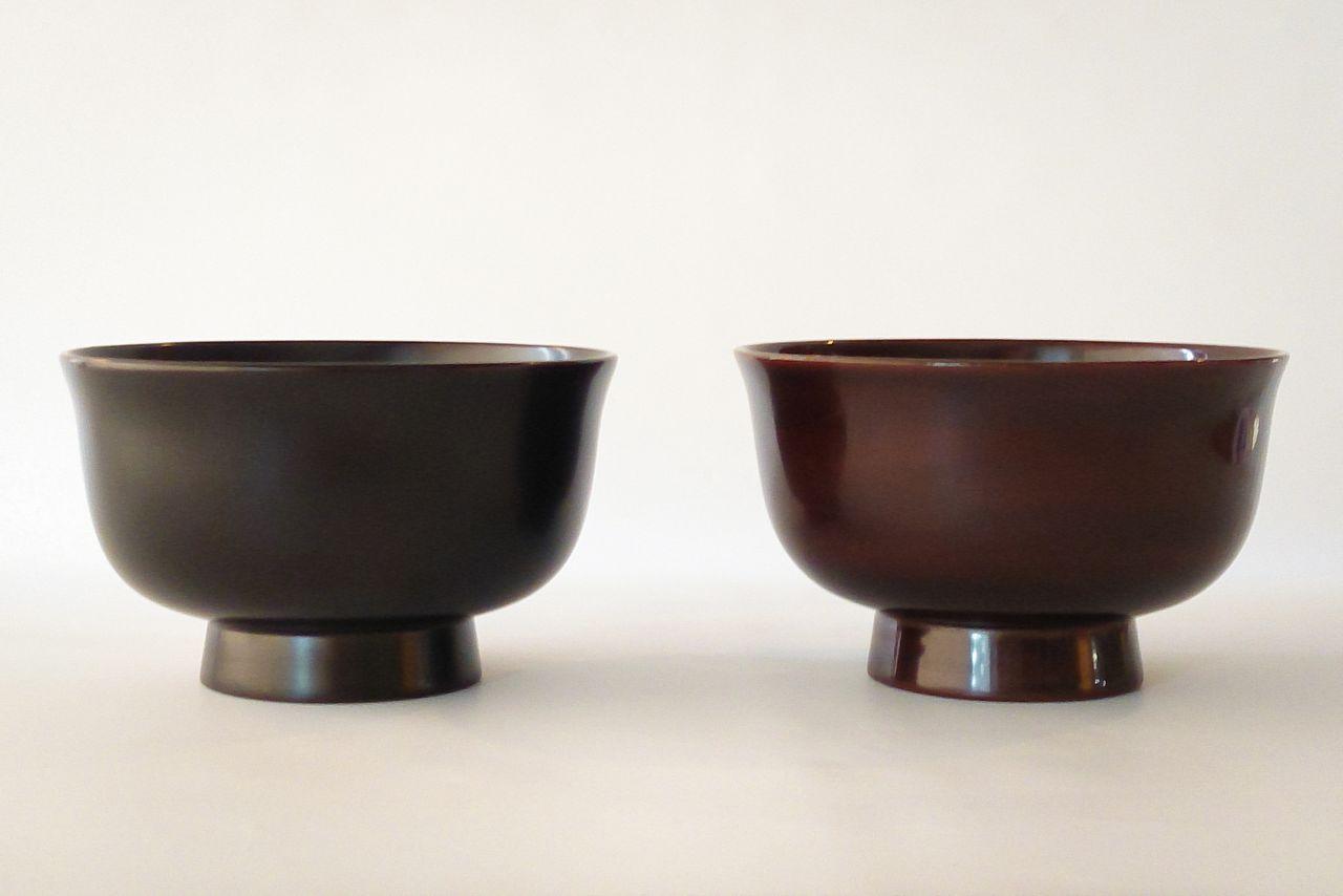 Новая чашка (слева) и чашка с патиной, использовавшаяся на протяжении 10 лет (@ «Уруми когэй»)