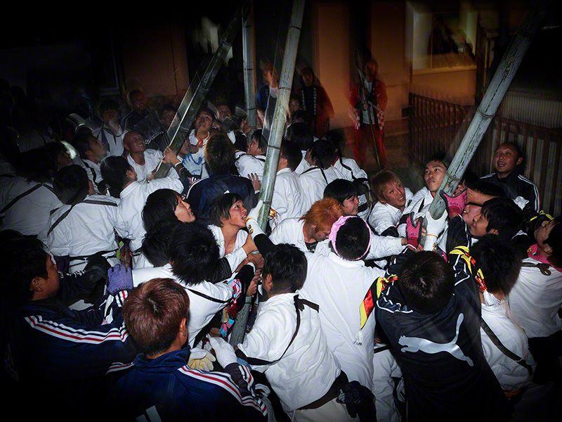 Накануне осеннего праздника в храме Эбису в Бозэдзиме проводится мероприятие под названием Ноборинэри, в котором толпы участников сражаются бамбуковыми шестами
