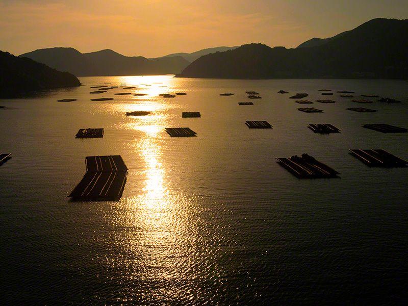 Яркие краски заката на Внутреннем море знаменуют окончание дня (Какуидзима)