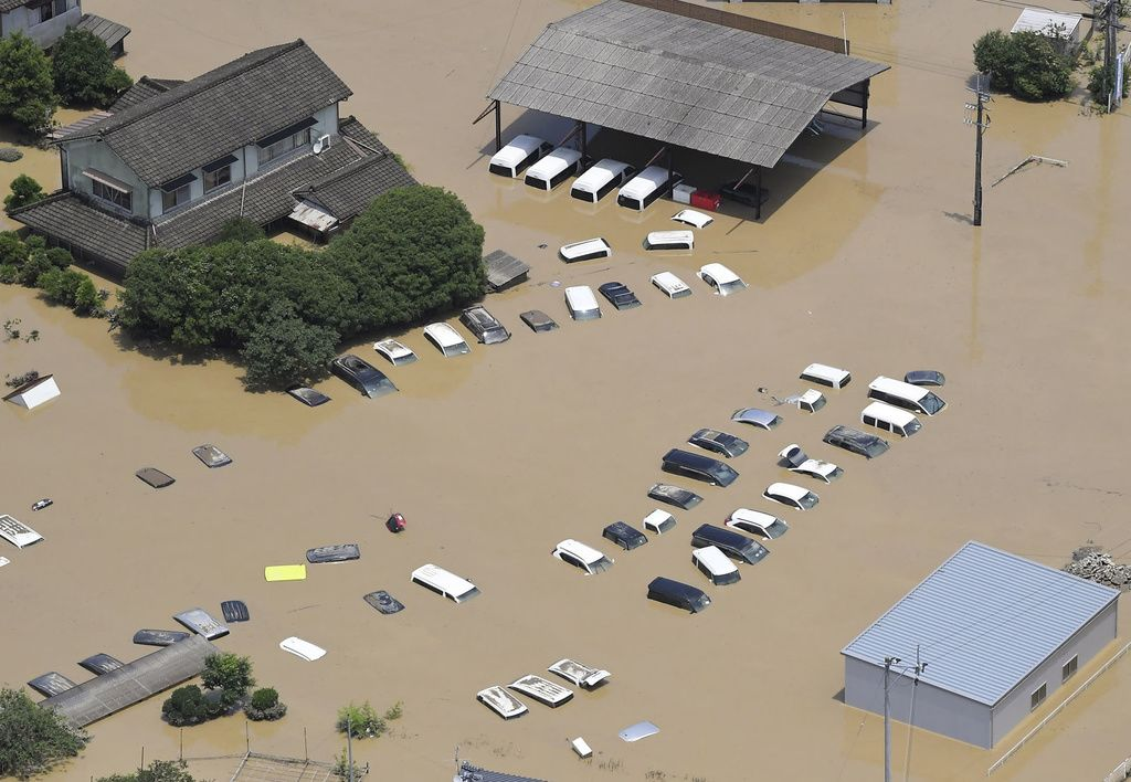 Улицы города Хитоёси (префектура Кумамото) затоплены разлившейся рекой Кумагава. Масштаб ущерба от ливней в Кумамото в июле нынешнего года оказался рекордным (04.07.2020, фото Киодо Цусин)