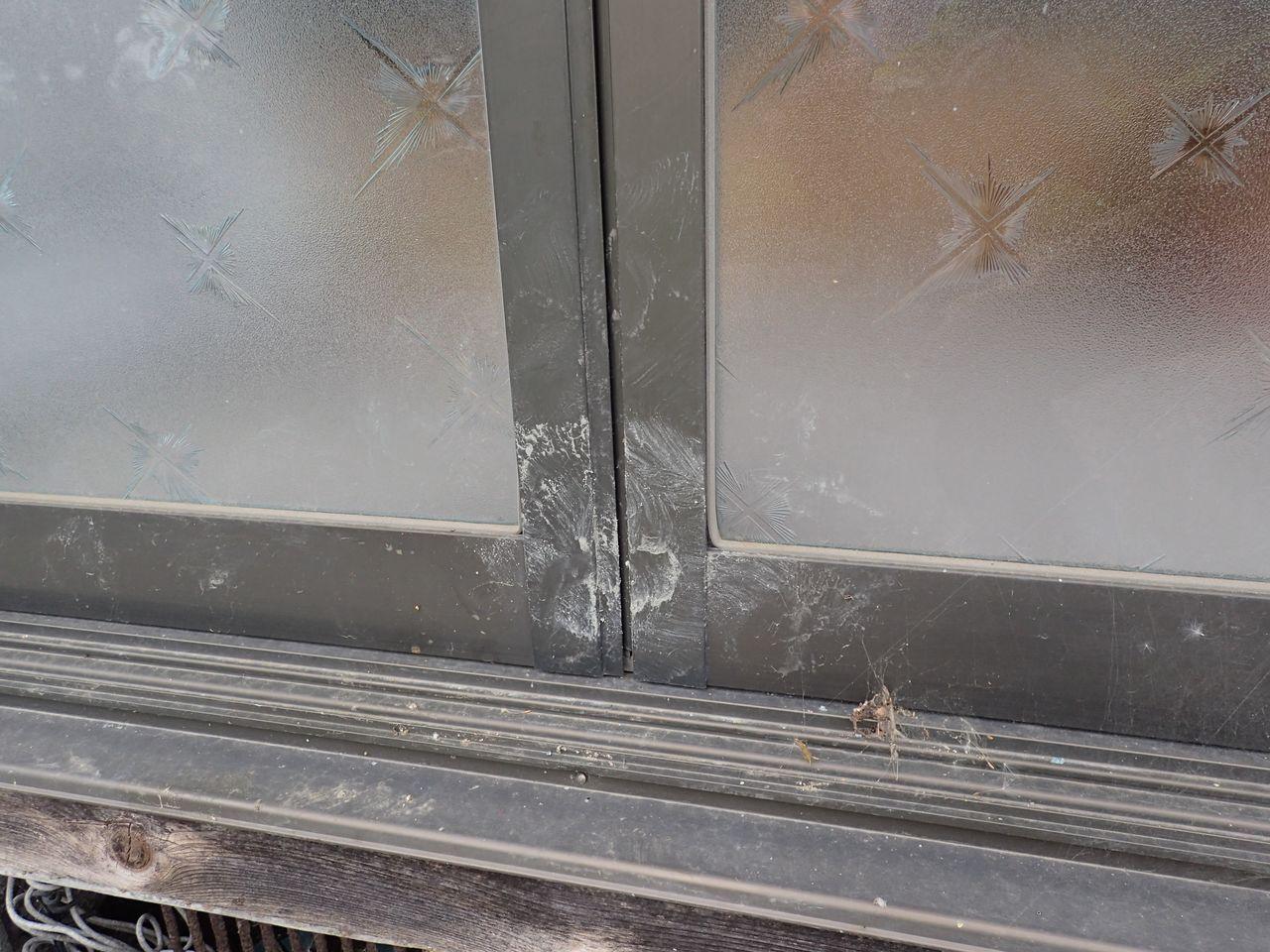 Следы пятачка кабана на оконной раме. Кабан пытался сдвинуть створку вправо, чтобы открыть окно. Май 2017 года, префектура Фукусима (фото автора)