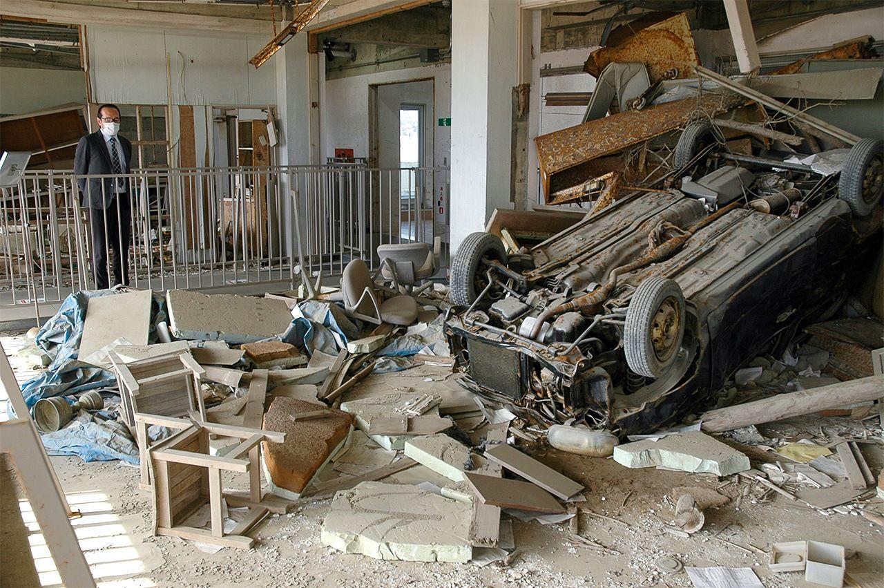 Здание школы, которое сохранили в память о стихийном бедствии. Автомобиль, оставшийся на 3-м этаже здания, безмолвно повествует о разрушительной мощи цунами