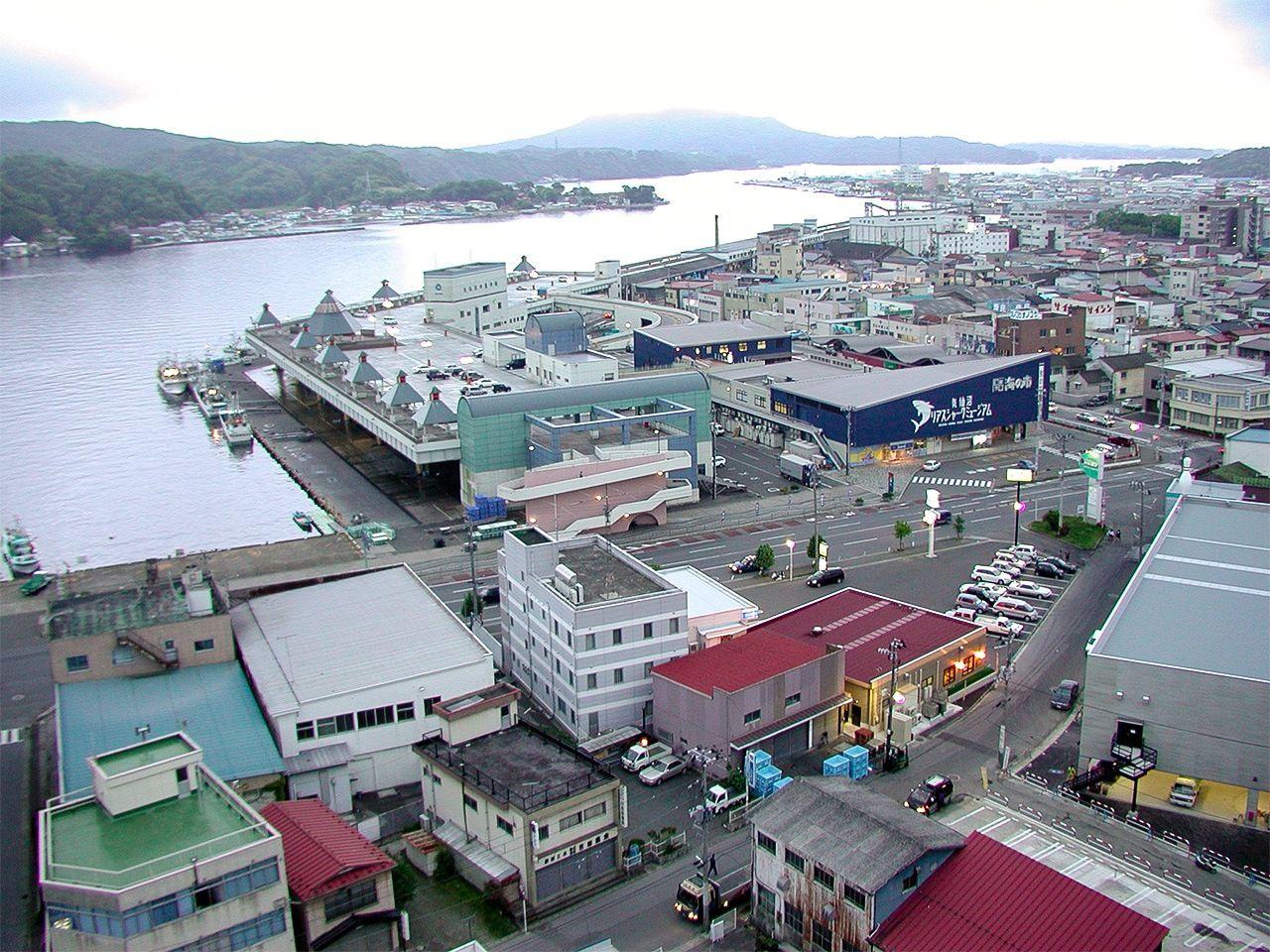 Район Минамикэсэннума до бедствия (расположен за дорогой в центре фотографии)