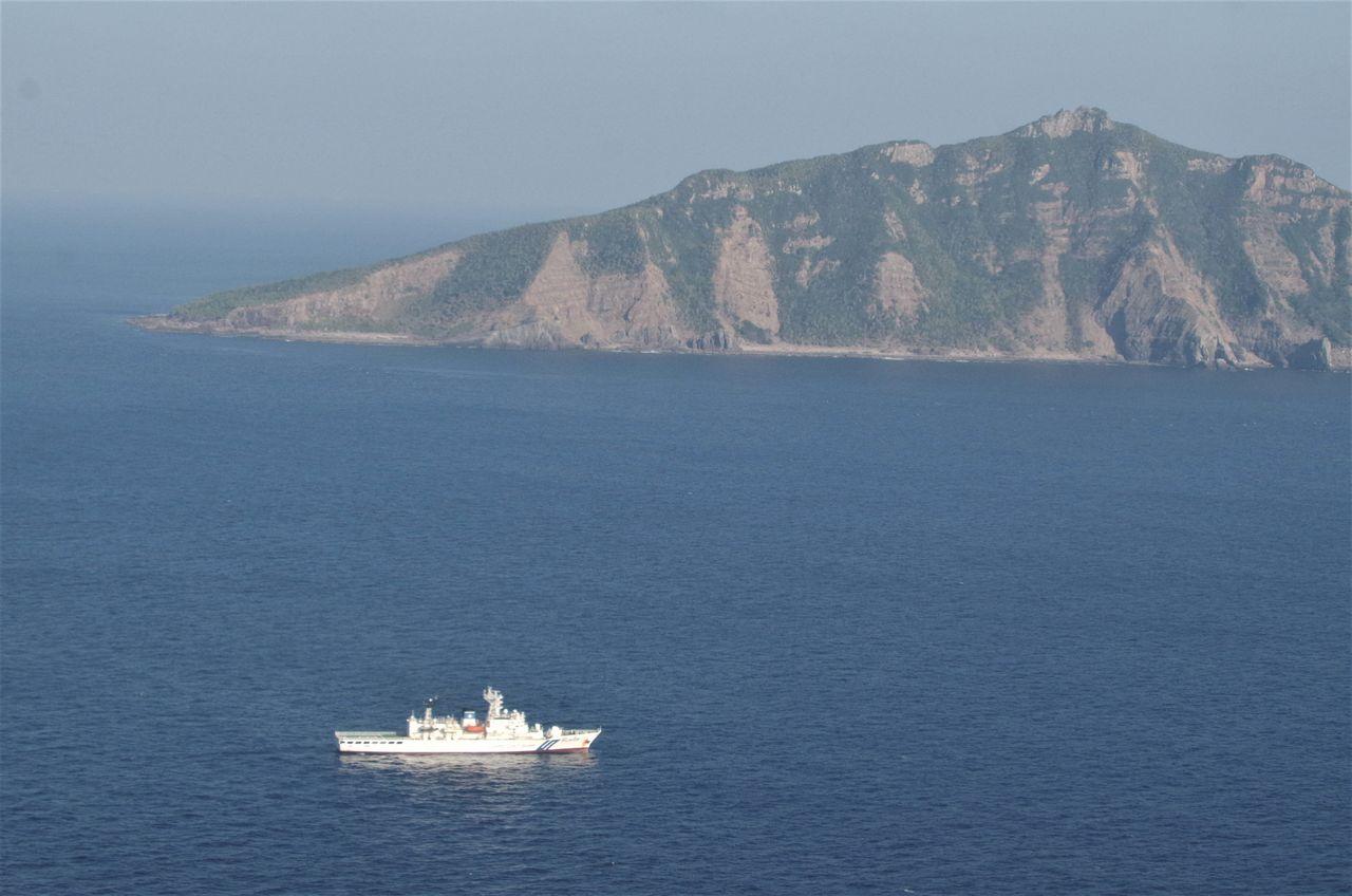 Патрульное судно Управления береговой охраны Японии ведет наблюдение в водах у острова Уоцури архипелага Сэнкаку (снимок предоставлен Управлением береговой охраны)