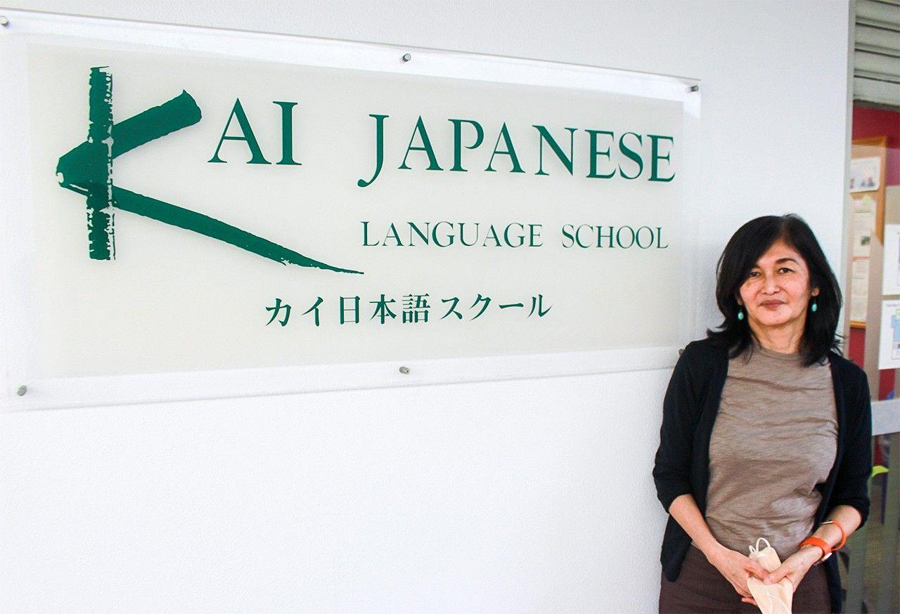 Ямамото Хироко, представительница школы японского языка «Кай», сетует, что многие иностранные студенты не могут въехать в Японию, хотя потратили много лет на подготовку и учёбу, и даже избавились от вещей