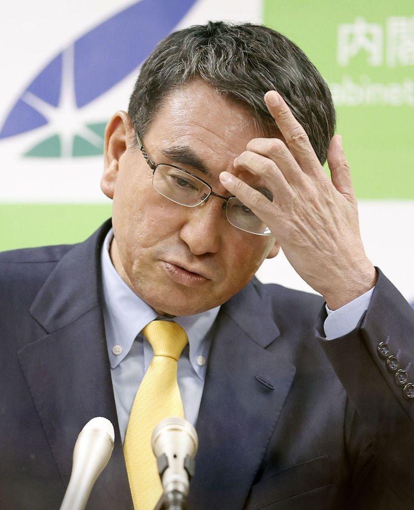 Министр по административной реформе Коно Таро объявляет о приостановлении приёма заявок на коллективную вакцинацию по месту работы и по месту жительства (© «Кёдо цусин»)