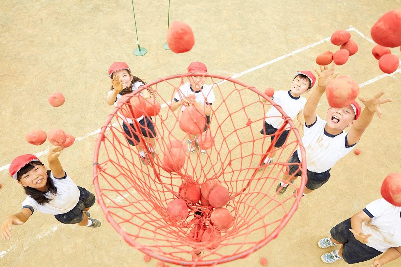 Дети играют в тамаирэ на спортивном мероприятии