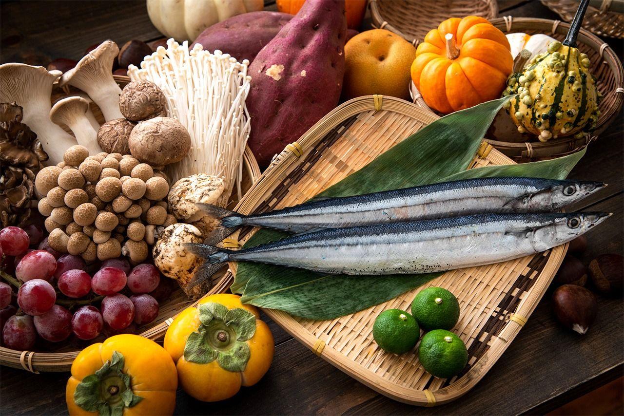 По часовой стрелке: виноград, ассорти грибов, сладкий картофель, азиатская груша, тыква, тихоокеанская сайра, каштаны, судати и хурма