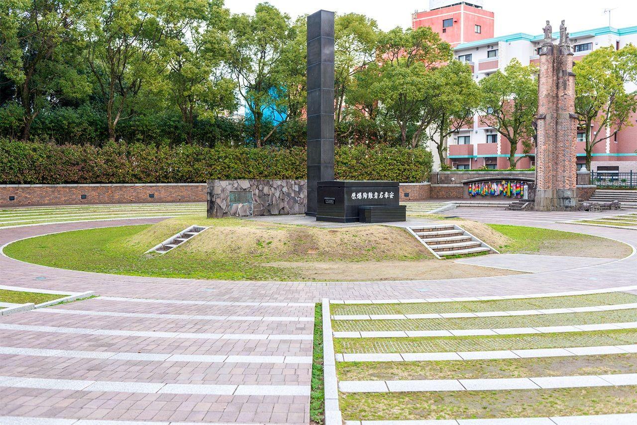 Монолит указывает на гипоцентр атомного взрыва.На заднем плане справа – часть стены, оставшаяся от собора Ураками(© Pixta)