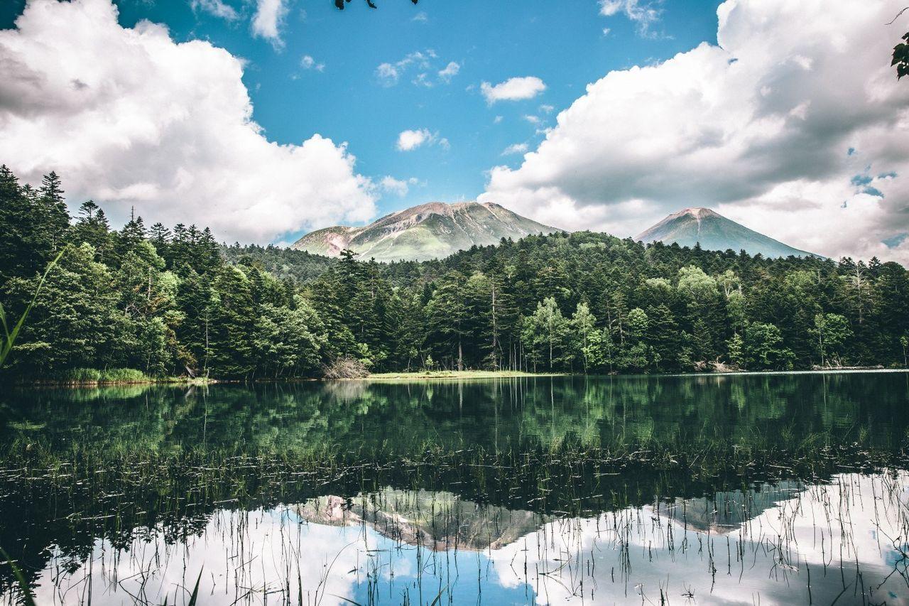 Озеро Оннэто представляет собой водоем с береговой линией протяженностью 2,5 километра, расположенный у подножия горы Мэакан. В зависимости от сезона, погоды и угла обзора цвет озерных вод изменяется от синего до изумрудно-зеленого вплоть до темно-синего