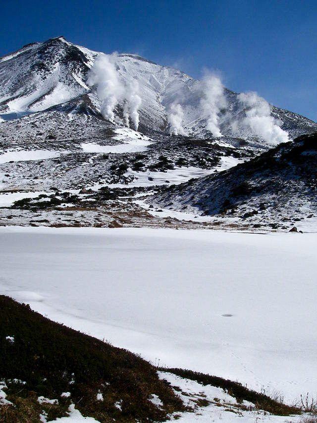 Вид на гору Асахидакэ и замерзший пруд Кагами в зимний период (предоставлено Министерством окружающей среды)