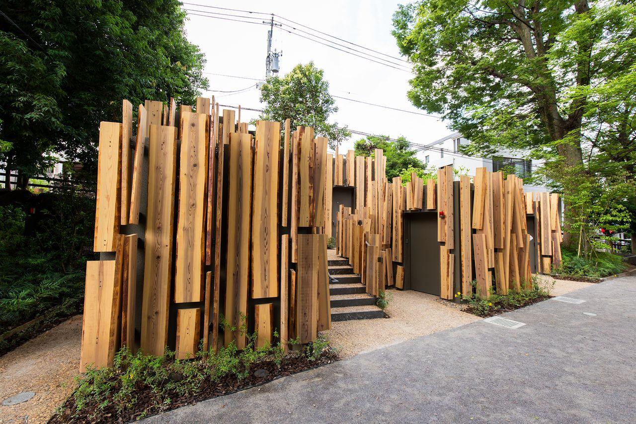 Туалет «Лесная тропинка» (Мори-но комити), который спроектировал Кума Кэнго. Каждая из пяти структур выполняет разные функции – одна, например, приспособлена для инвалидных колясок, другая – для детей, третья – для переодевания