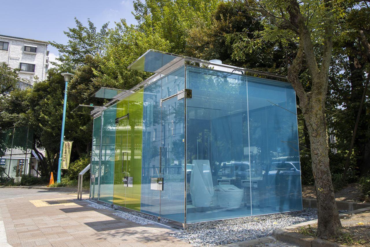 Широко обсуждаемый Прозрачный туалет в общественном парке Хару-но-Огава в Сибуя, который спроектировал архитектор Бан Сигэру
