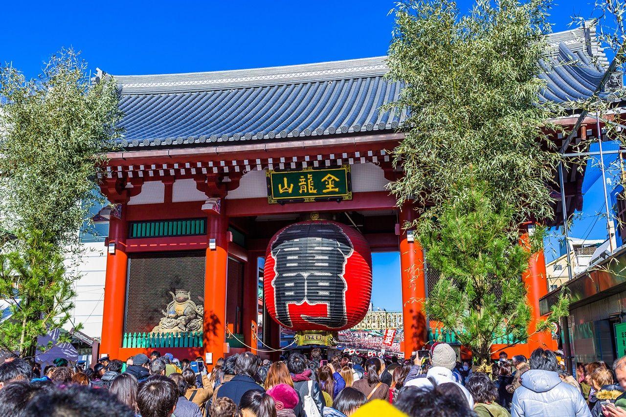 Ворота перед храмом Сэнсодзи в Асакусе, Токио, на Новый год