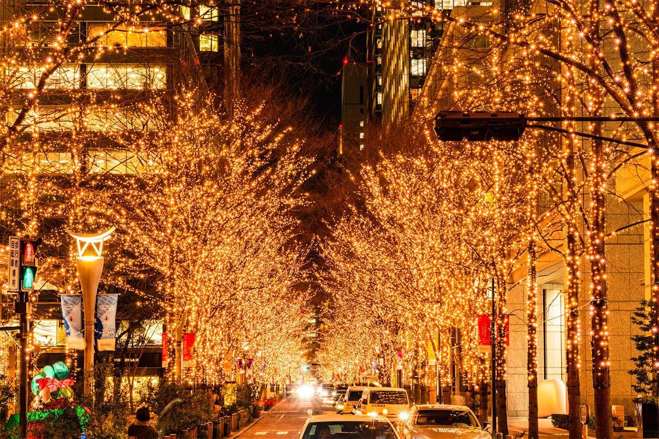 Квартал Маруноути в центре Токио с новогодней иллюминацией