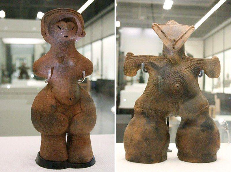 Фигурки догупериодаДзёмон,известные как Венера Дзёмон (слева) и Богиня в маске.Они были обнаружены в ходе раскопок в префектуре Нагано(© Jiji)