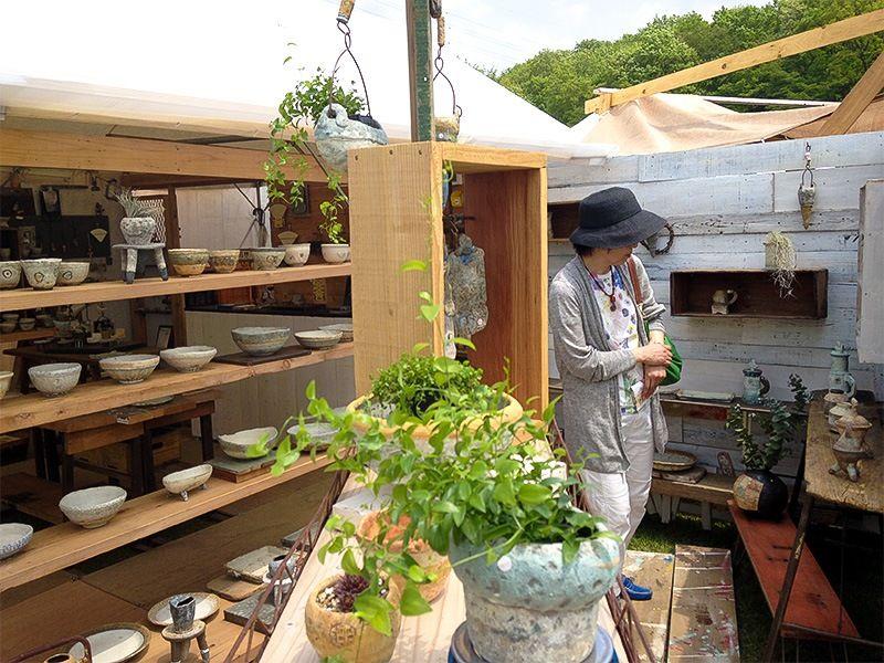 Ярмарка керамики Химацури проводится в г. Касама преф. Ибараки каждую весну и осень.Гончары устанавливают полки и сами продают свои изделия