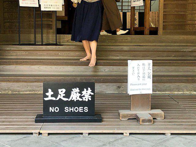 Предупреждение не входить в обуви (г. Камакура преф. Канагава, храм Энгакудзи; редакция Nippon.com)