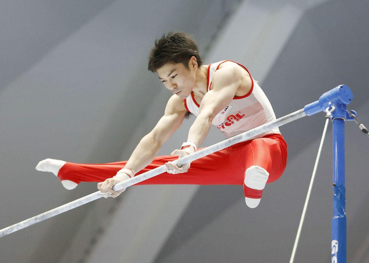 Утимура Кохэй выступает на перекладине 6 июня 2021 года на Всеяпонском чемпионате по спортивной гимнастике, который проводился на арене Такасаки в префектуре Гумма. Его результат в турнире обеспечил ему участие в Олимпийских играх в Токио. (© Jiji)