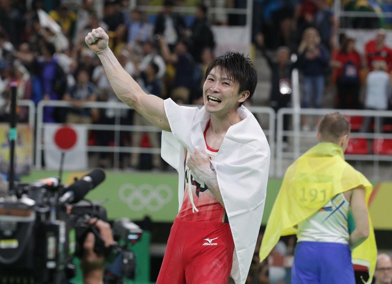 Утимура празднует свою вторую подряд золотую медаль в олимпийском многоборье в личном зачете 10 августа 2016 года в Рио-де-Жанейро (© Jiji)
