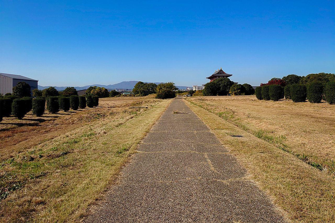 На пустынной сейчас равнине когда-то стоял дворец Хэйдзё (фото автора)