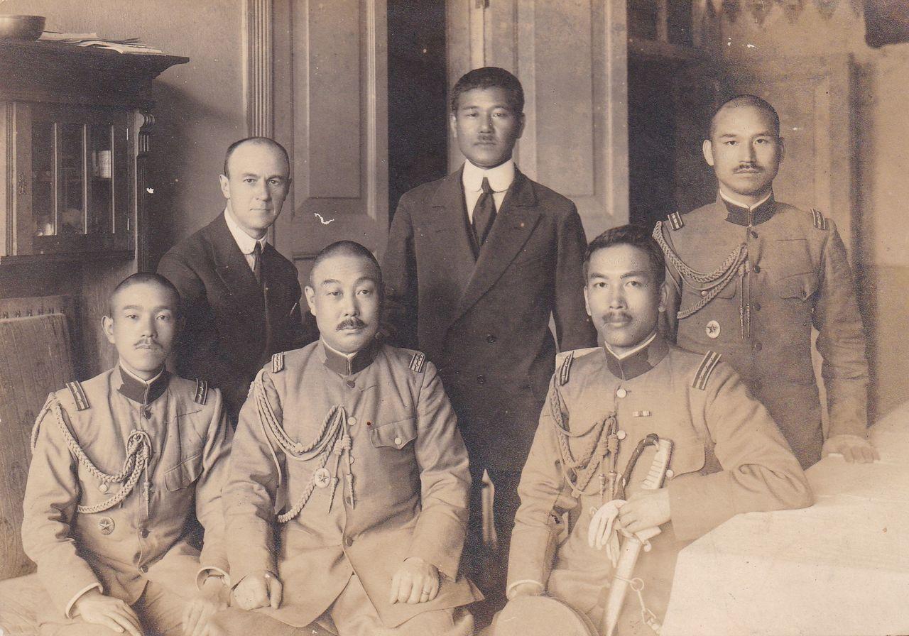 Хигути Киитиро (в первом ряду справа) в годы работы спецагентом во Владивостоке (фото из личного архива Хигути Рюити)