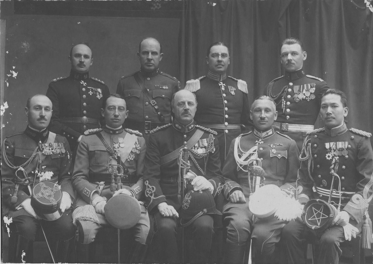Хигути Киитиро (в первом ряду, крайний справа) во время пребывания в Варшаве, когда между военнослужащими Японии и Польши установились прочные связи (фото из личного архива Хигути Рюити)